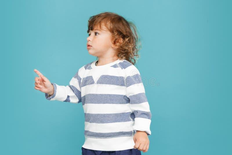 愉快的快乐的美丽的小男孩,演播室射击画象  库存照片