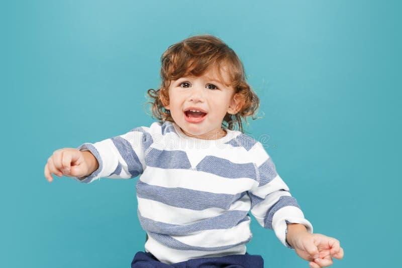 愉快的快乐的美丽的小男孩,演播室射击画象  图库摄影