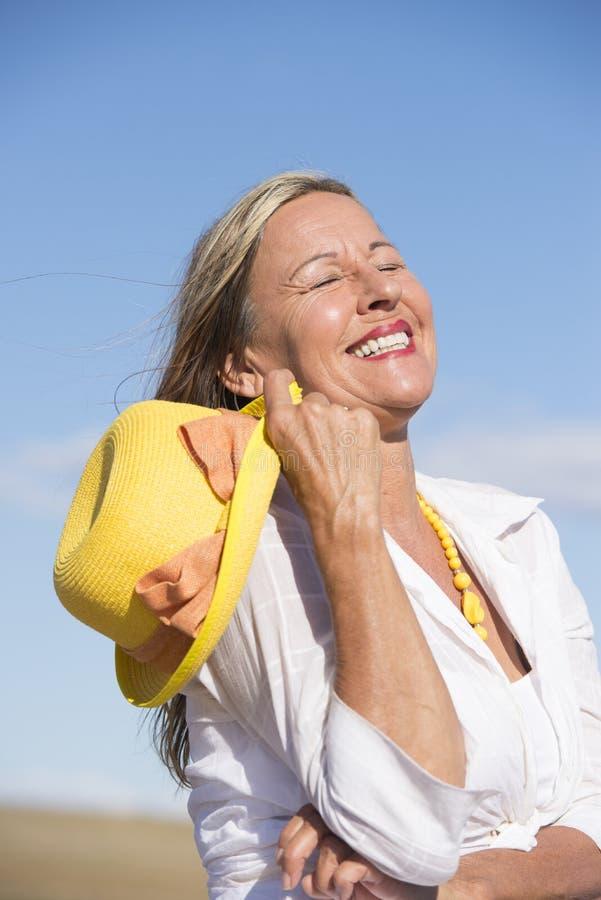 愉快的快乐的资深妇女夏天画象 免版税库存图片