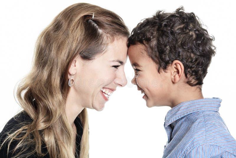 愉快的快乐的非洲家庭画象在白色ba的 库存图片