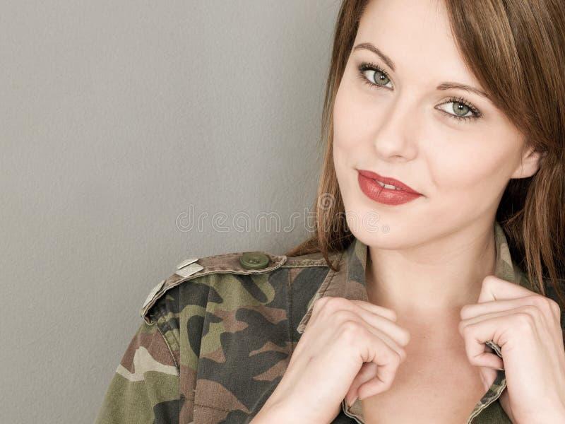 愉快的性感的少妇佩带军队的或军事伪装Ja 库存图片