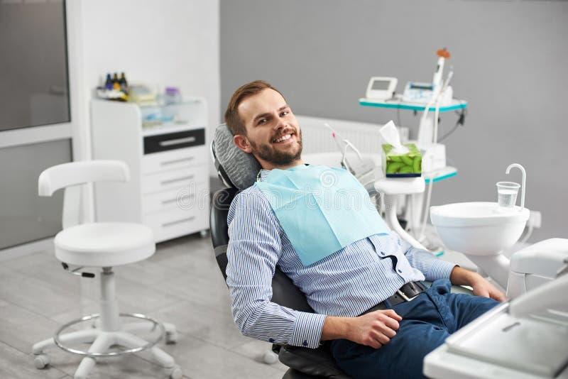 愉快的患者画象牙齿椅子的 免版税库存图片