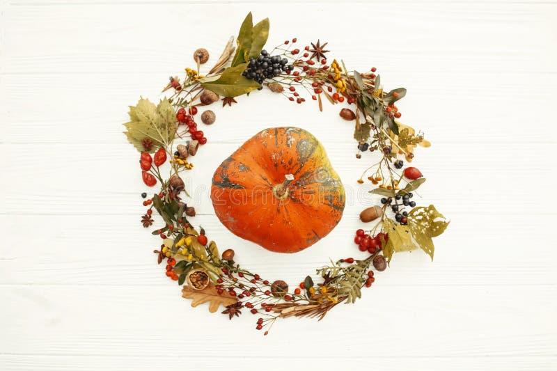 愉快的感恩 在美丽的秋天叶子花圈的南瓜与 免版税库存照片