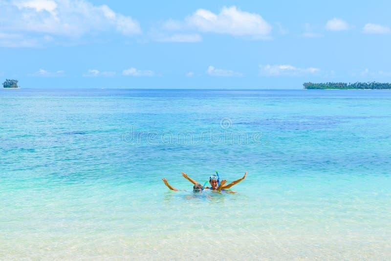 愉快的成人夫妇获得乐趣在绿松石水佩带的潜航的面具 沐浴在热带海滩的加勒比海的真人, 免版税库存照片