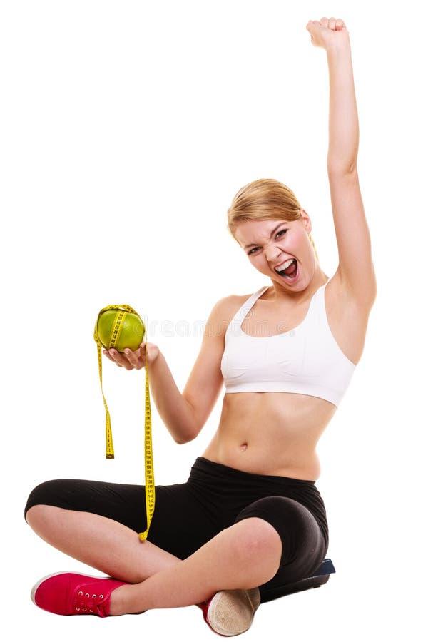 愉快的成功的妇女秤 查出的损失评定躯干重量白人妇女 免版税图库摄影