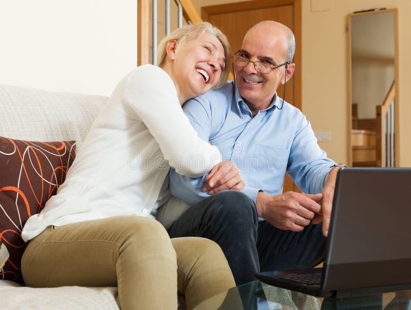 愉快的成熟加上膝上型计算机 免版税库存照片