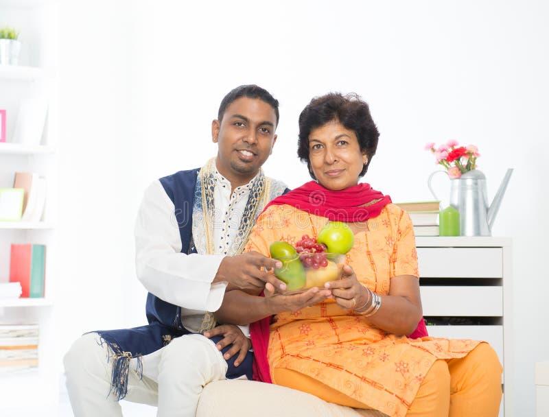 愉快的成熟印地安妇女 免版税库存图片