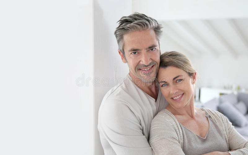 愉快的成熟夫妇在他们全新的家 免版税库存图片