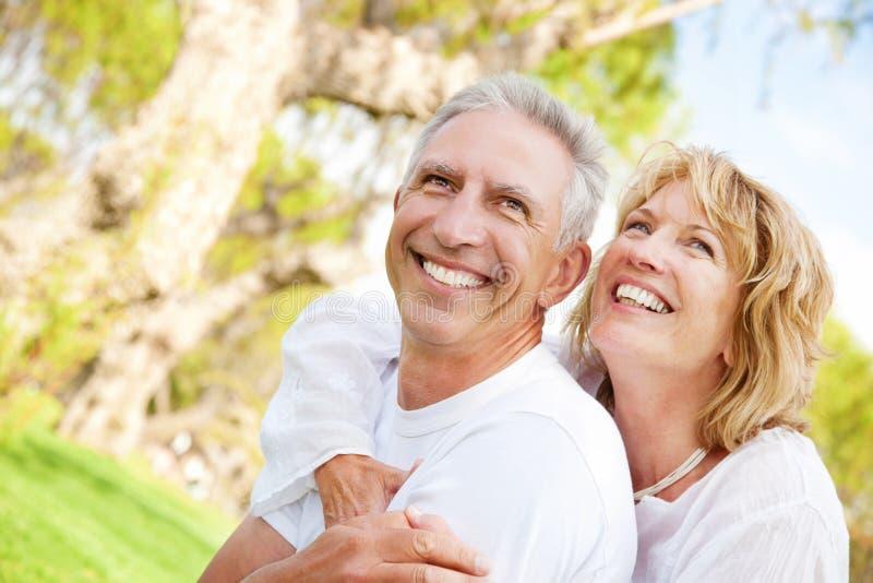 愉快的成熟夫妇户外 免版税库存图片