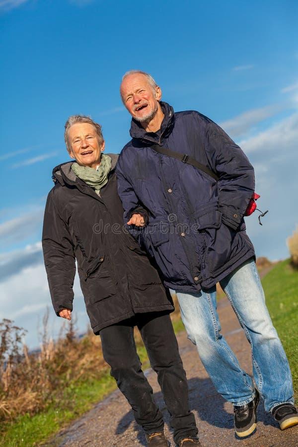 愉快的成熟夫妇松弛波罗的海沙丘 免版税库存照片