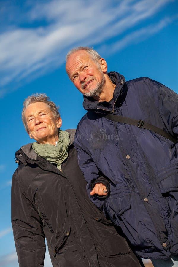 愉快的成熟夫妇松弛波罗的海沙丘 图库摄影