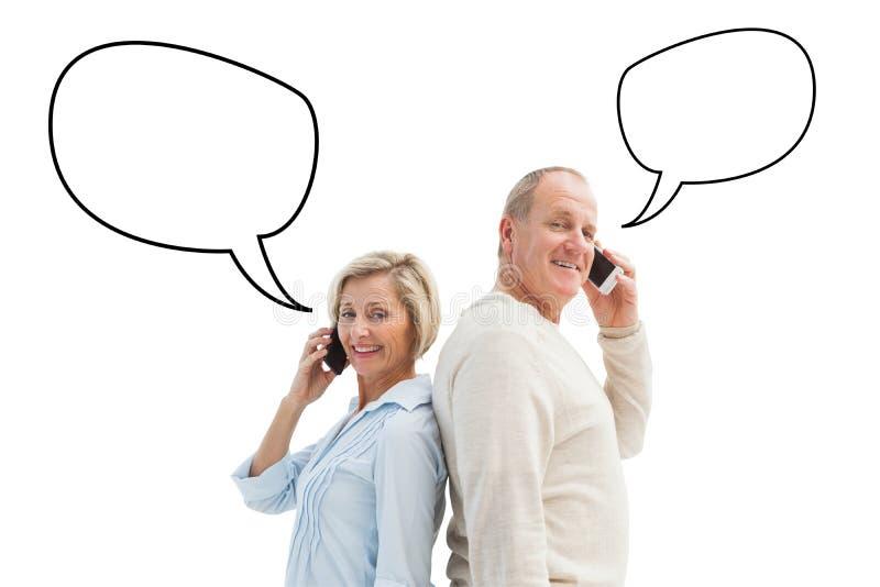 愉快的成熟夫妇的综合图象谈话在他们的电话 库存例证
