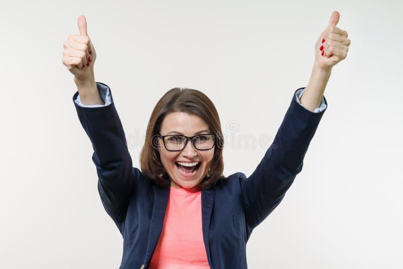 愉快的成熟女实业家画象有赞许的 空白 免版税库存照片