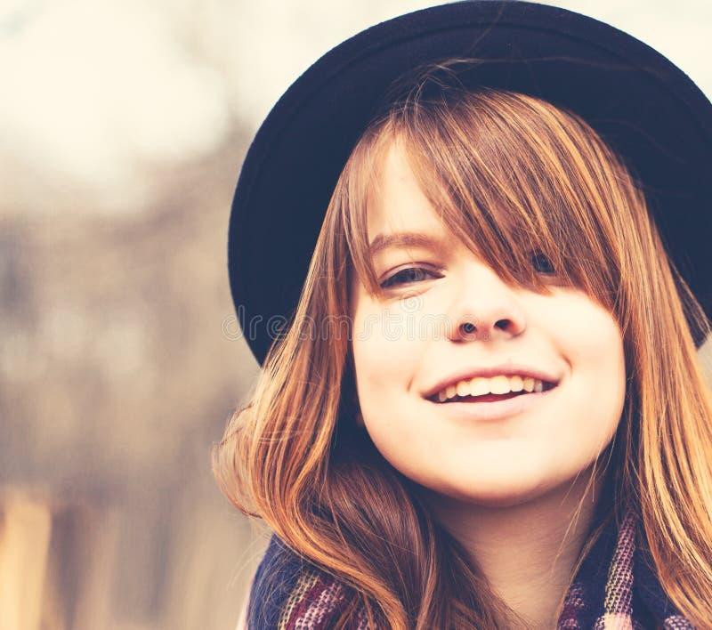 愉快的户外妇女年轻人 生活方式画象 免版税库存图片