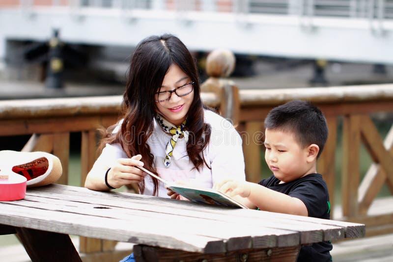 愉快的拉丁美州的家庭阅读书 免版税库存图片