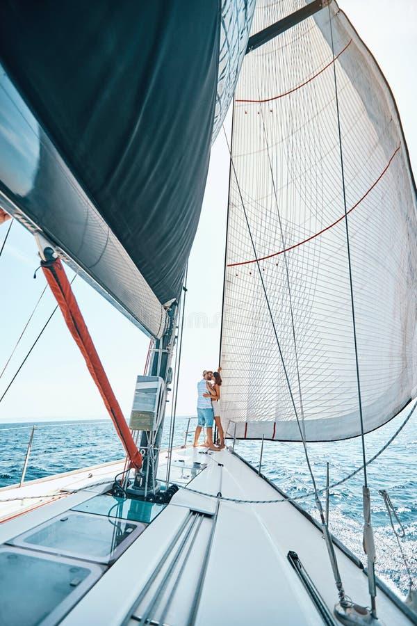 愉快的放松在豪华游艇的男人和妇女 巡航的恋人 免版税库存照片