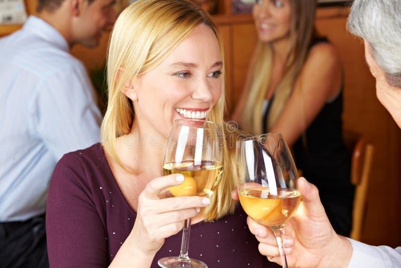 愉快的敬酒的酒妇女 免版税库存图片