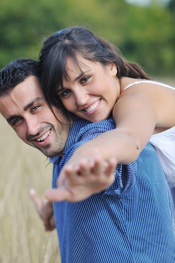 愉快的新夫妇有室外浪漫的时间 免版税库存图片