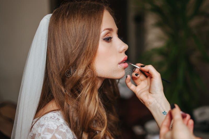 愉快的新娘为婚礼做准备 库存图片