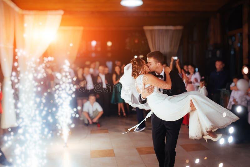 愉快的新娘和新郎一个他们的第一个舞蹈,婚姻 库存照片