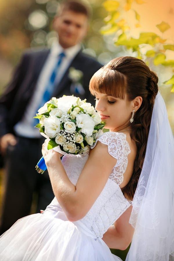 愉快的新娘和新郎在他们的婚礼 免版税库存图片