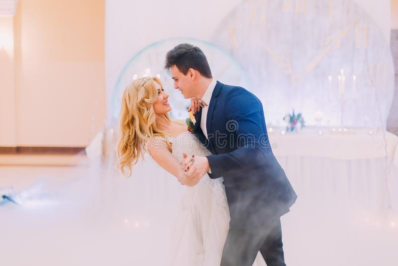 愉快的新娘和新郎温文地跳舞 杏仁庆祝红色某个婚礼 免版税库存照片