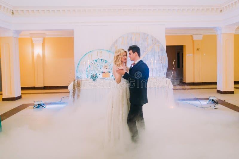 愉快的新娘和新郎温文地跳舞 杏仁庆祝红色某个婚礼 图库摄影