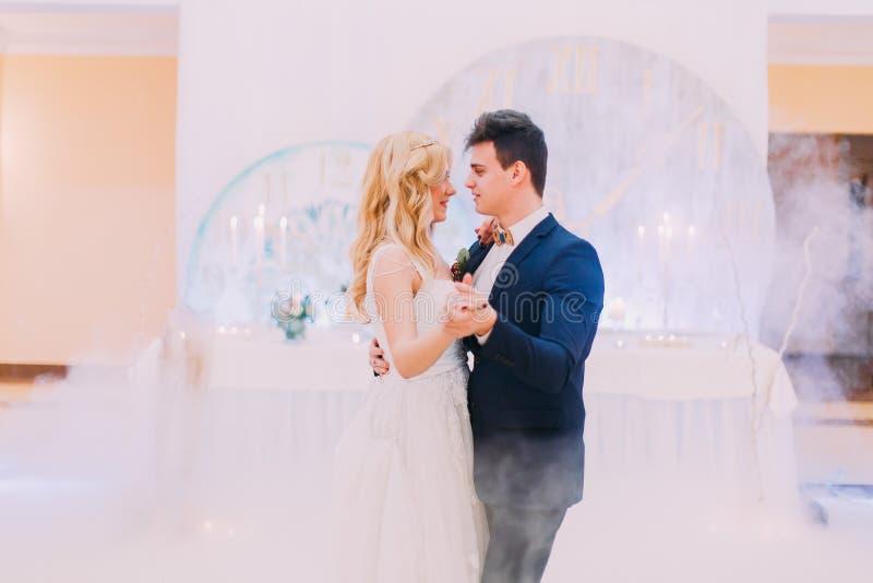愉快的新娘和新郎温文地跳舞 杏仁庆祝红色某个婚礼 库存照片