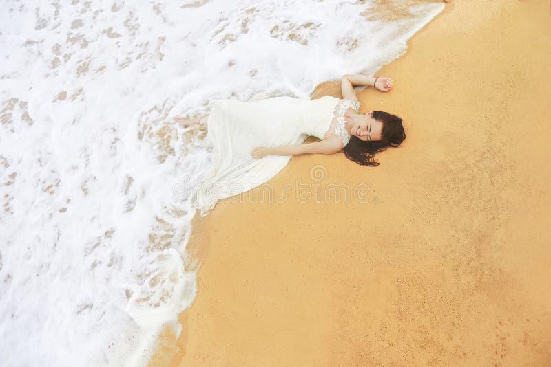 愉快的新娘在海 库存照片