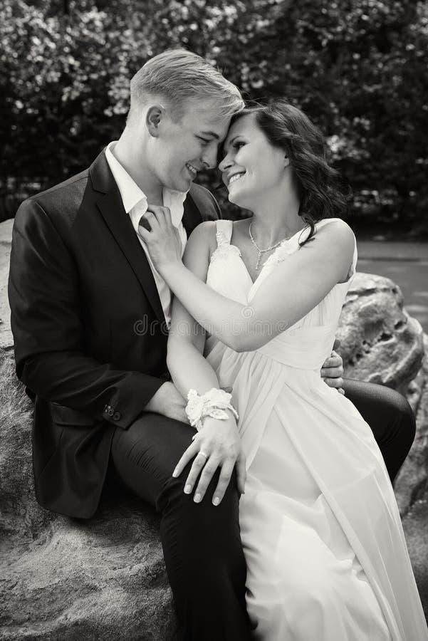 愉快的新婚佳偶夫妇婚礼之日新郎新娘bw 库存照片