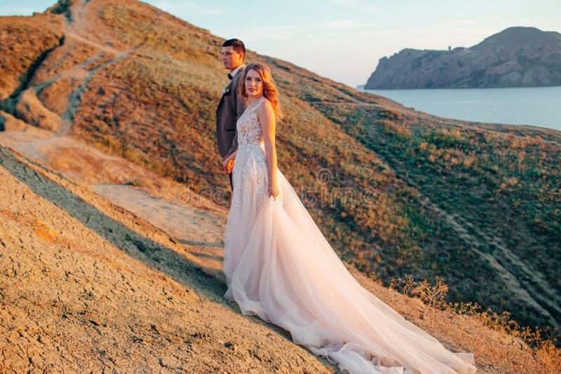愉快的新婚佳偶夫妇 美丽的新娘和新郎在衣服 库存照片