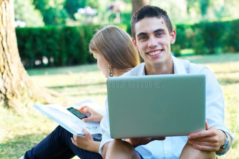 愉快的新学员户外 免版税图库摄影