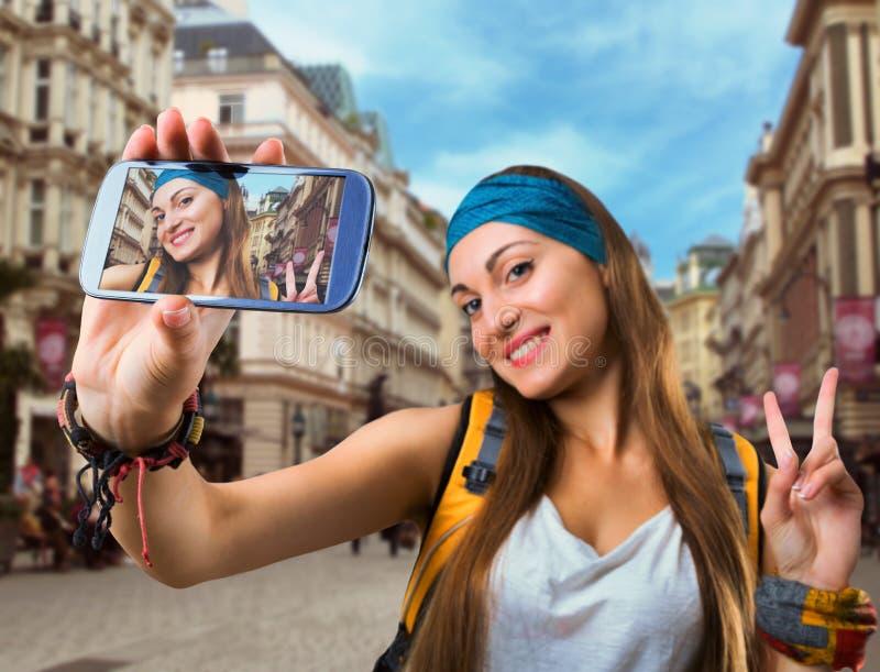 愉快的旅客妇女采取selfie 图库摄影