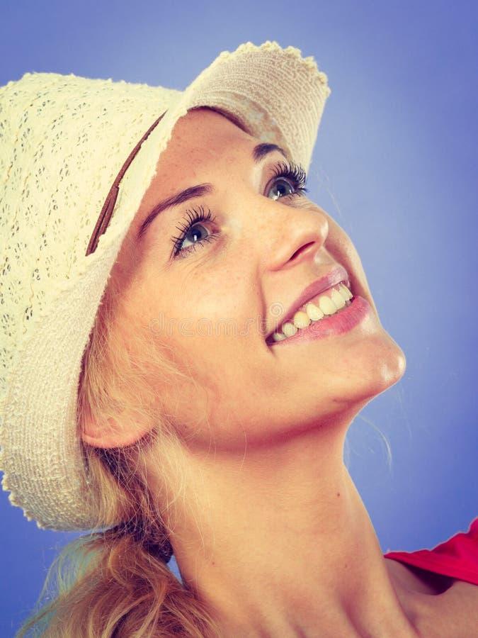 愉快的旅游白肤金发的妇女特写镜头  免版税库存图片