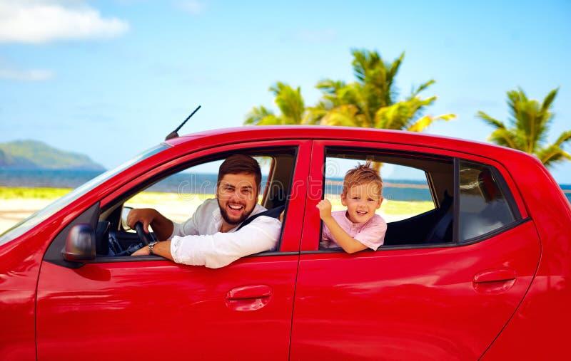 愉快的旅行在汽车的父亲和儿子暑假 免版税库存照片
