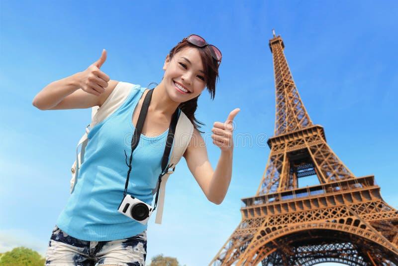 愉快的旅行妇女在巴黎 免版税图库摄影