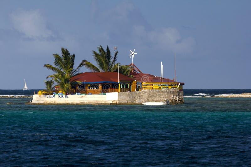 愉快的有棕榈树的海岛,一家微小的明亮地色的海岛看法餐馆;石榴汁糖浆,东加勒比 库存照片