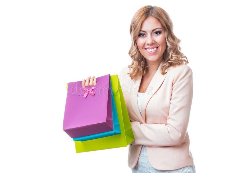 愉快的有购物袋的微笑白肤金发的妇女 免版税图库摄影