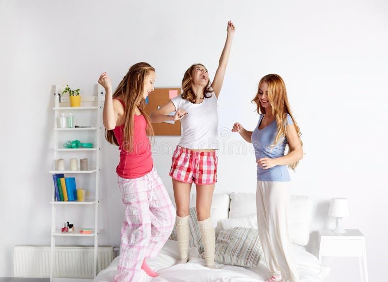 愉快的朋友或获得青少年的女孩乐趣在家 免版税库存照片