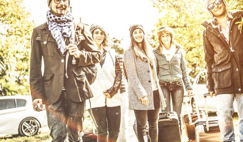 愉快的朋友获得乐趣一起在汽车旅行在冬时假期-友谊住处与年轻人的团聚概念 库存照片