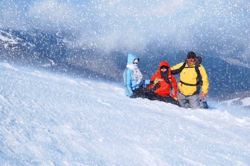 愉快的朋友获得使用的乐趣在雪户外 美好的降雪 免版税库存图片