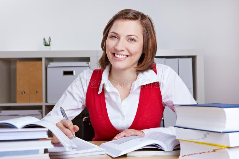 愉快的服务台她了解的妇女 免版税库存图片