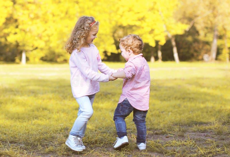 愉快的正面孩子获得乐趣在秋天天 免版税库存照片