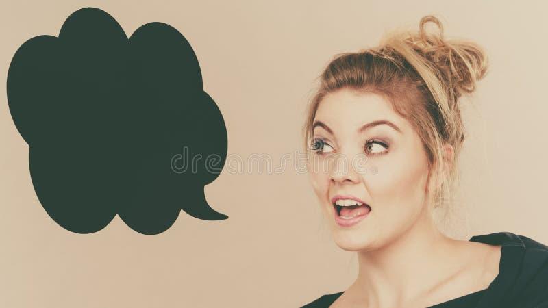 愉快的正面白肤金发的妇女和想法的泡影 图库摄影