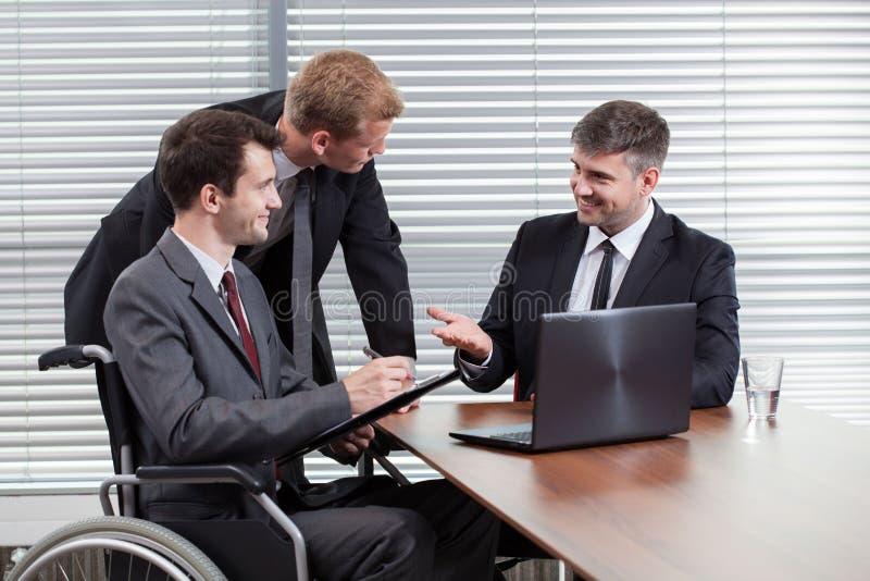 愉快的残疾人在业务会议期间 库存照片