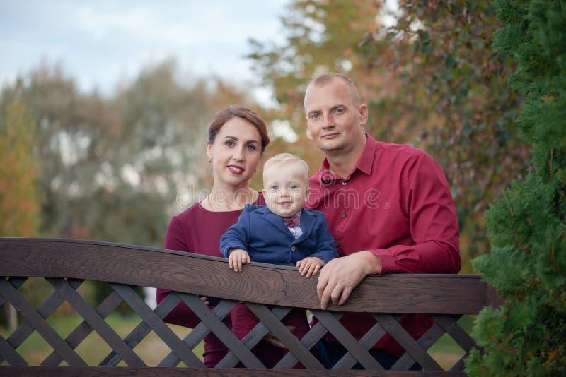 愉快的母亲、父亲和儿子在公园 幸福在家庭生活中在夏日 图库摄影