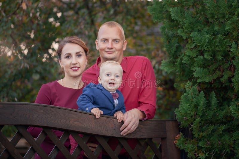 愉快的母亲、父亲和儿子在公园 幸福在家庭生活中在夏日 免版税库存图片