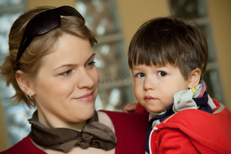 愉快的母亲儿子年轻人 免版税库存图片