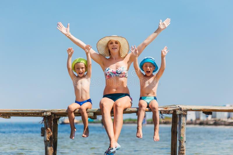 愉快的母亲和两儿子孪生 免版税图库摄影