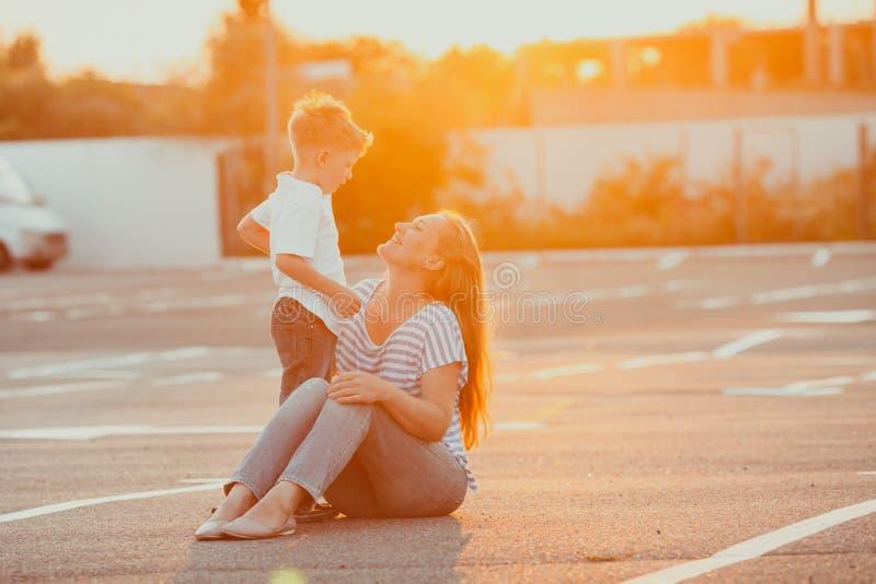 愉快的母亲和儿子令人惊讶的夏天画象  库存照片